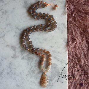 Kézzel csomózott ásvány nyaklánc, szakura achát - holdkő