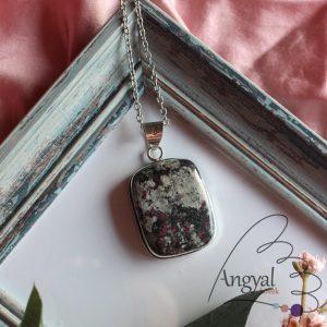 Eudialit ásvány medál ezüstözött foglalatban