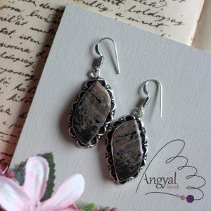 Formára csiszolt dendrites opál fülbevaló ezüstözött foglalatban