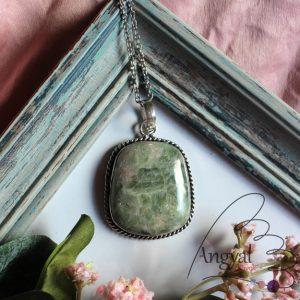 Zöld akvamarin ásvány medál ezüstözött foglalatban